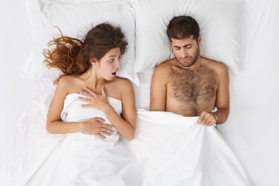 разочарованная пара в постели