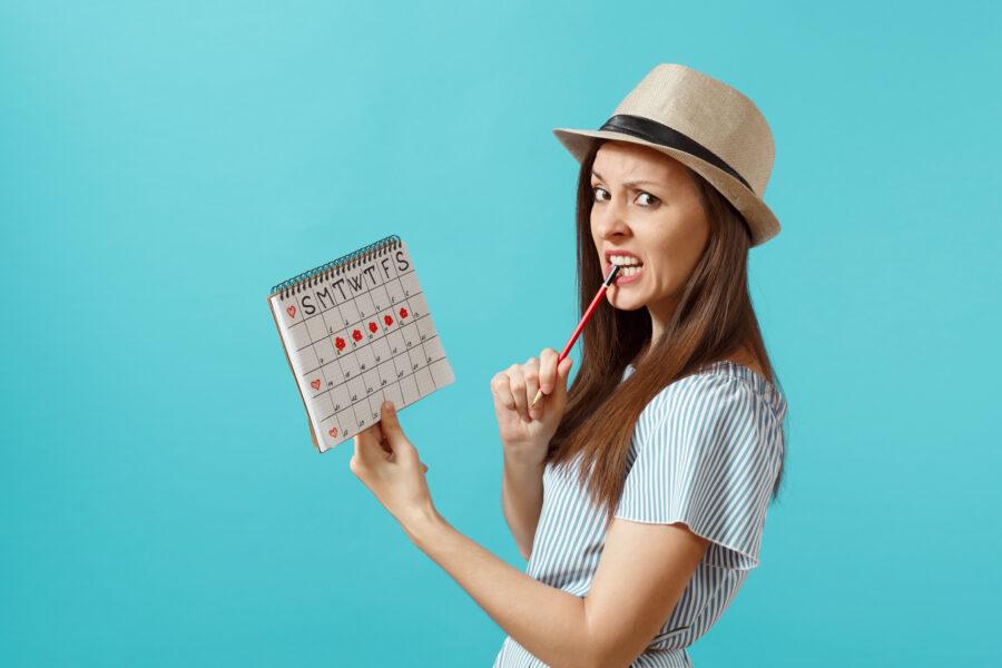 девушка с календарем месячных