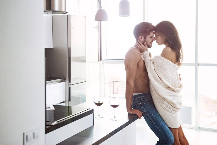 пара целуется на кухне