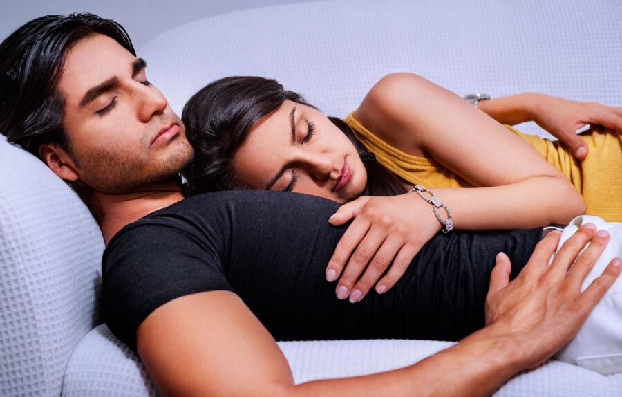 девушка спит на парне