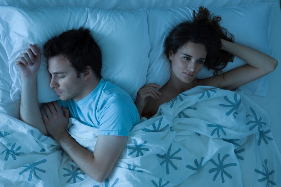 парень и девушка на кровати