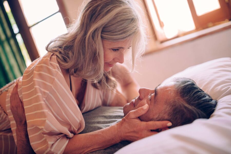 пожилая пара в постели
