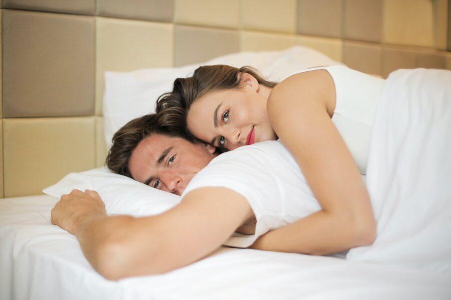 спокойная пара в постели