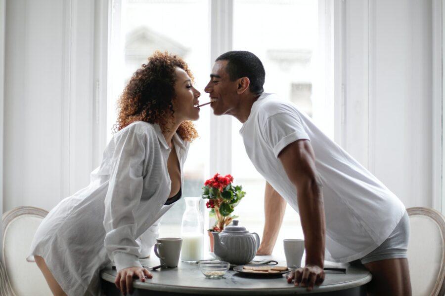 девушка и парень кушают вместе