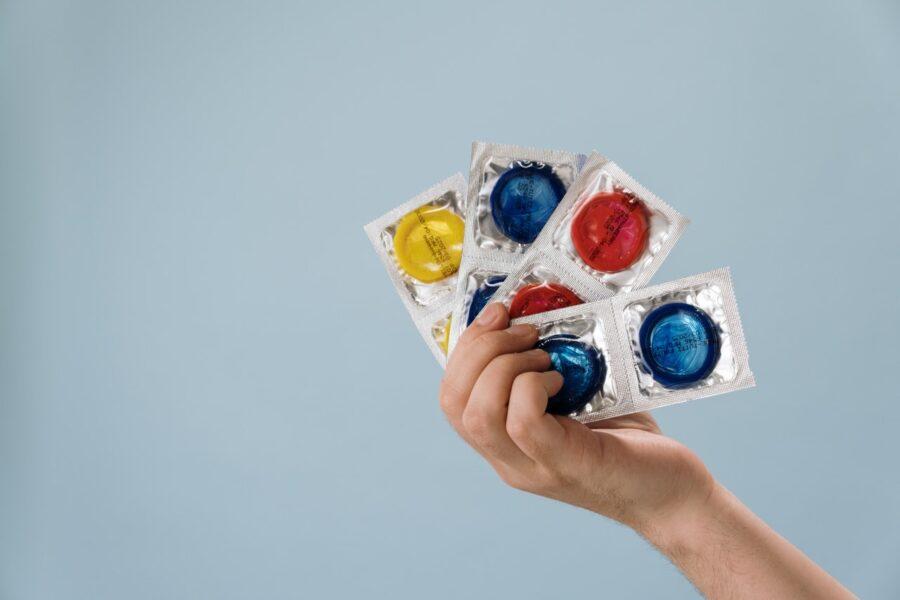 презервативы в руке