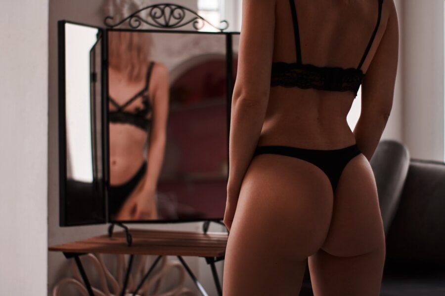 девушка в белье перед зеркалом