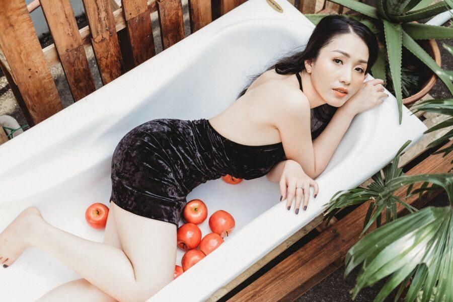 девушка в ванной с яблоками