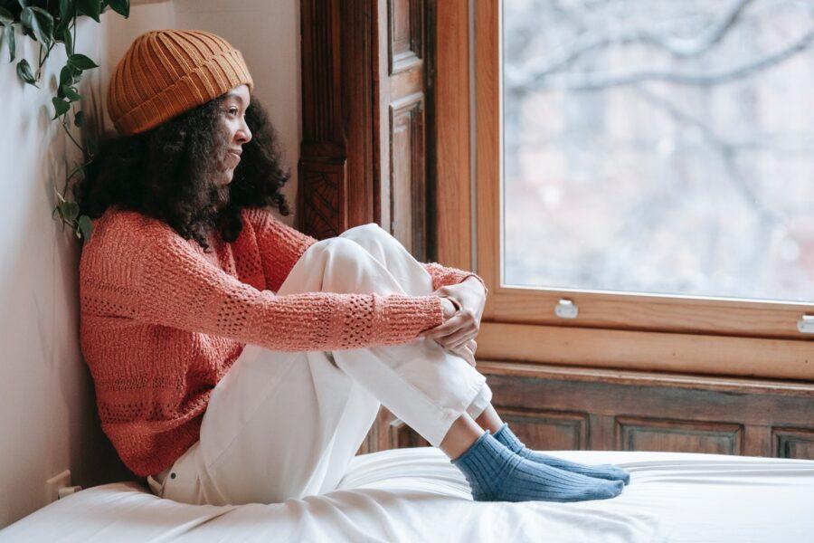 девушка в свитере и шапке