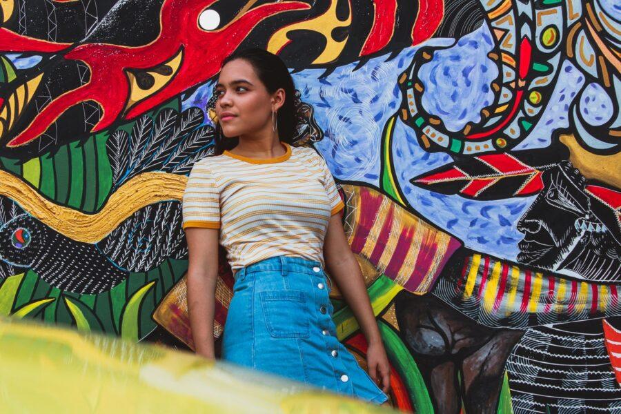 девушка на фоне яркой стены