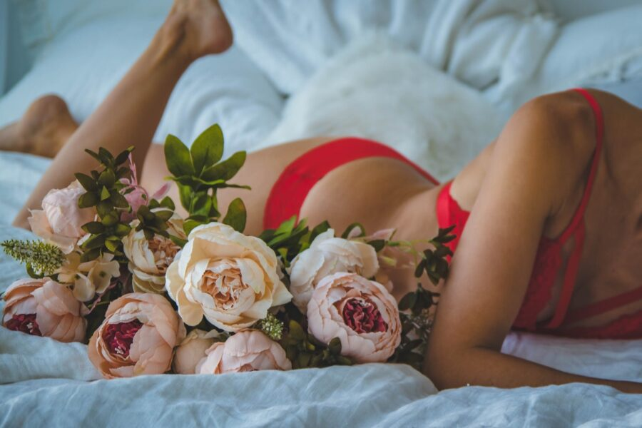девушка на кровати с цветами