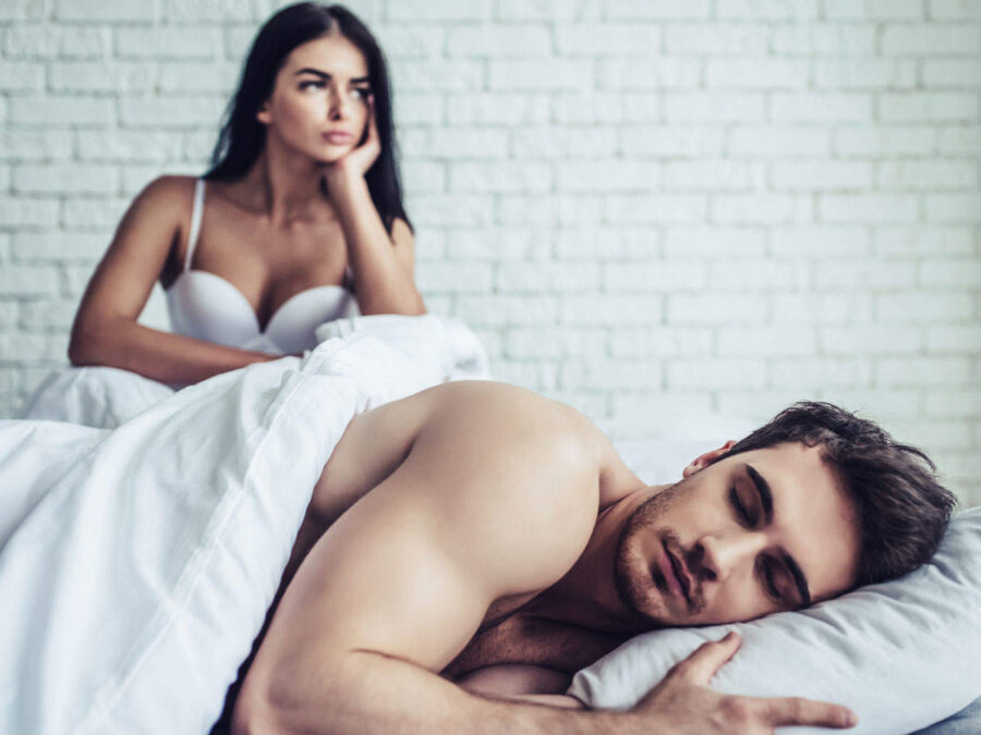 недовольная девушка и спящий парень