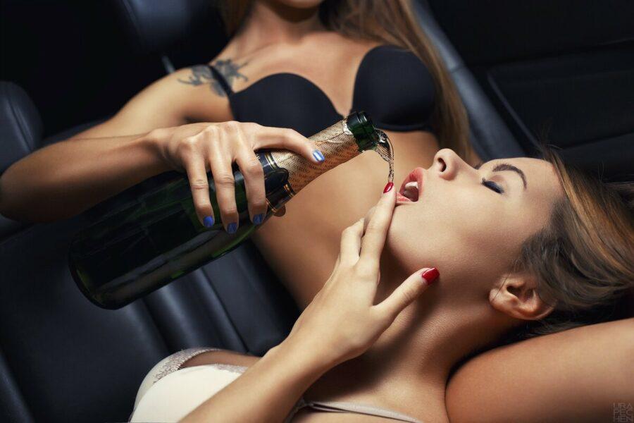 девушки с шампанским