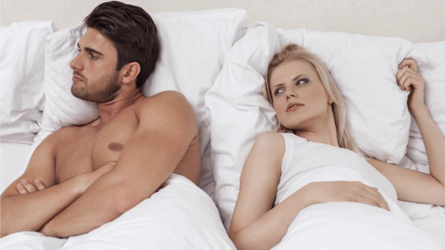 недовольная пара в постели