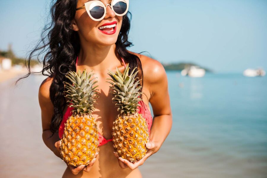 девушка с ананасами