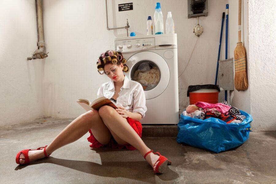 девушка со стиральной машинкой