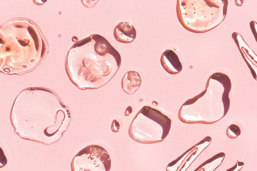 капли на розовом фоне