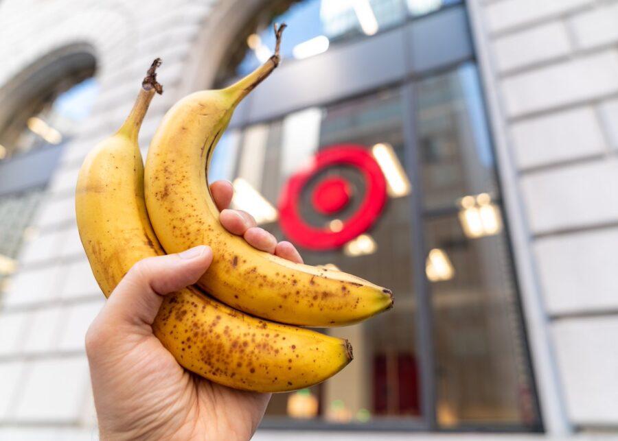 два банана в руке